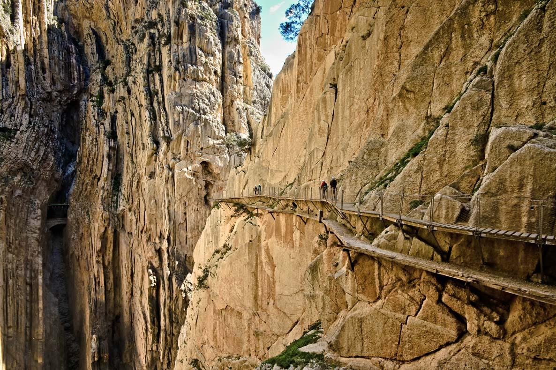 Caminos de tablas en el desfiladero de la montaña