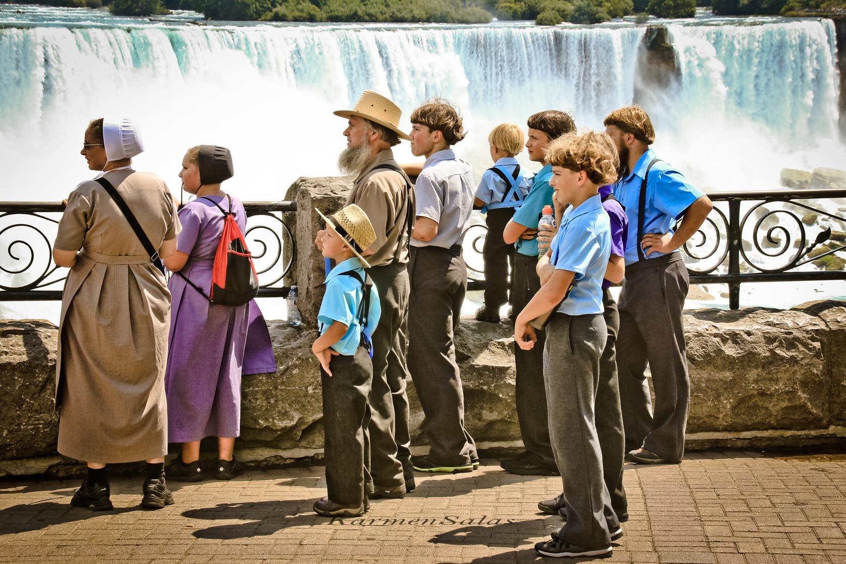 Familia de amish en las Cataratas de Niágara