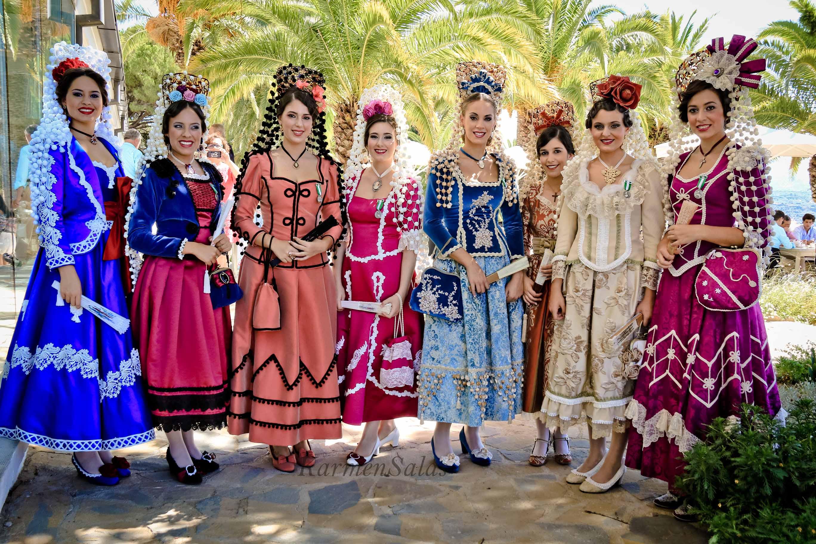Mujeres vestidas con el traje tradicional de Goyesca