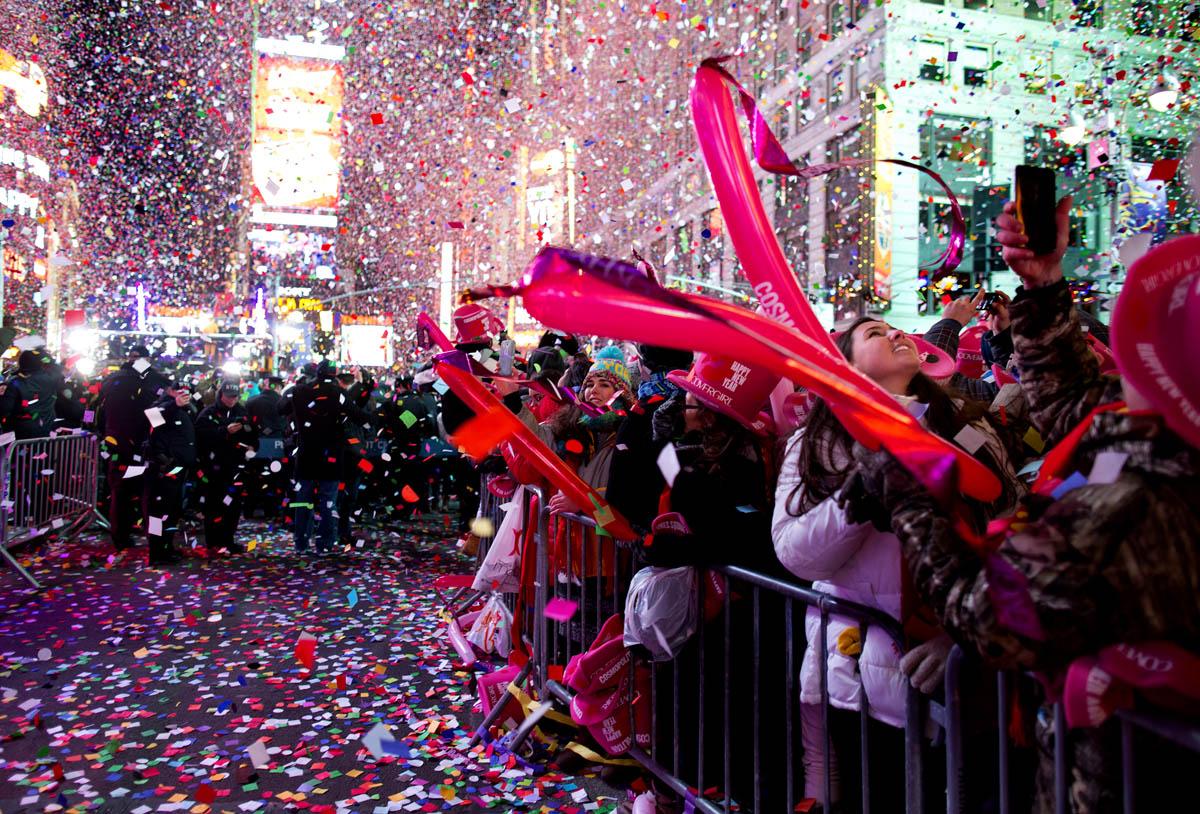 Confeti que cae de los rascacielos en Time Square